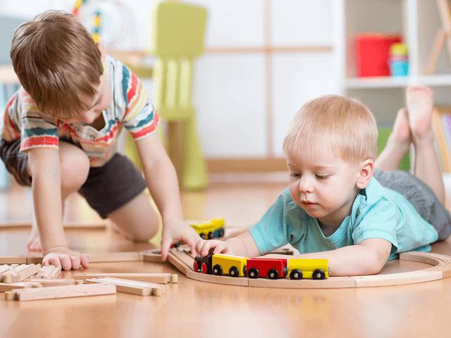 Deti sa hrajú s hračkami