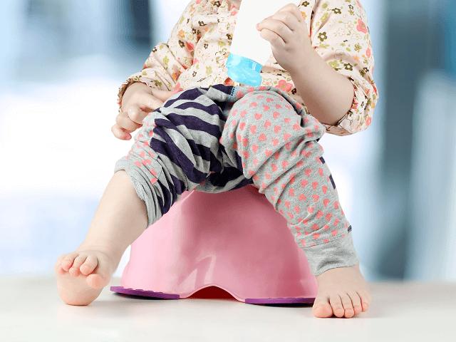 Dieťatko sedí na nočníku