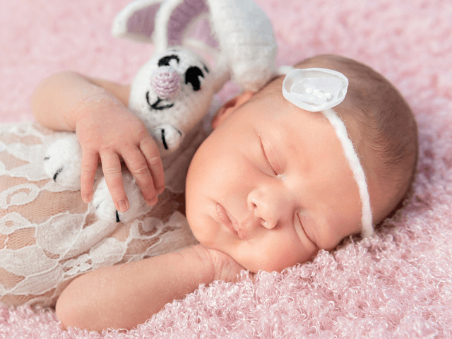 Novorodenec spinká s hračkou