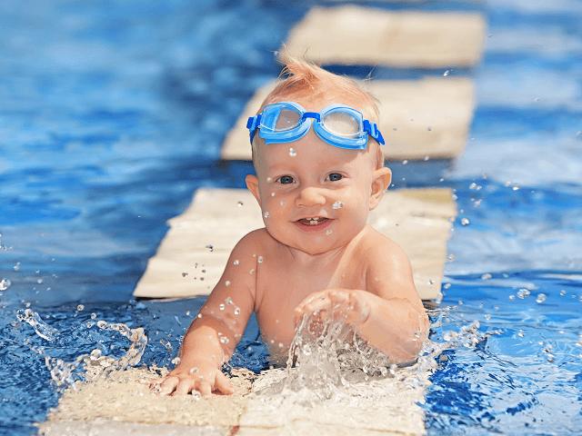 Šťastné dieťatko pláva vo vode