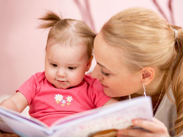 Mamička číta dievčatku knižku